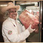 Inhaber steht vor einem DRY AGER® Fleisch-Reifeschrank